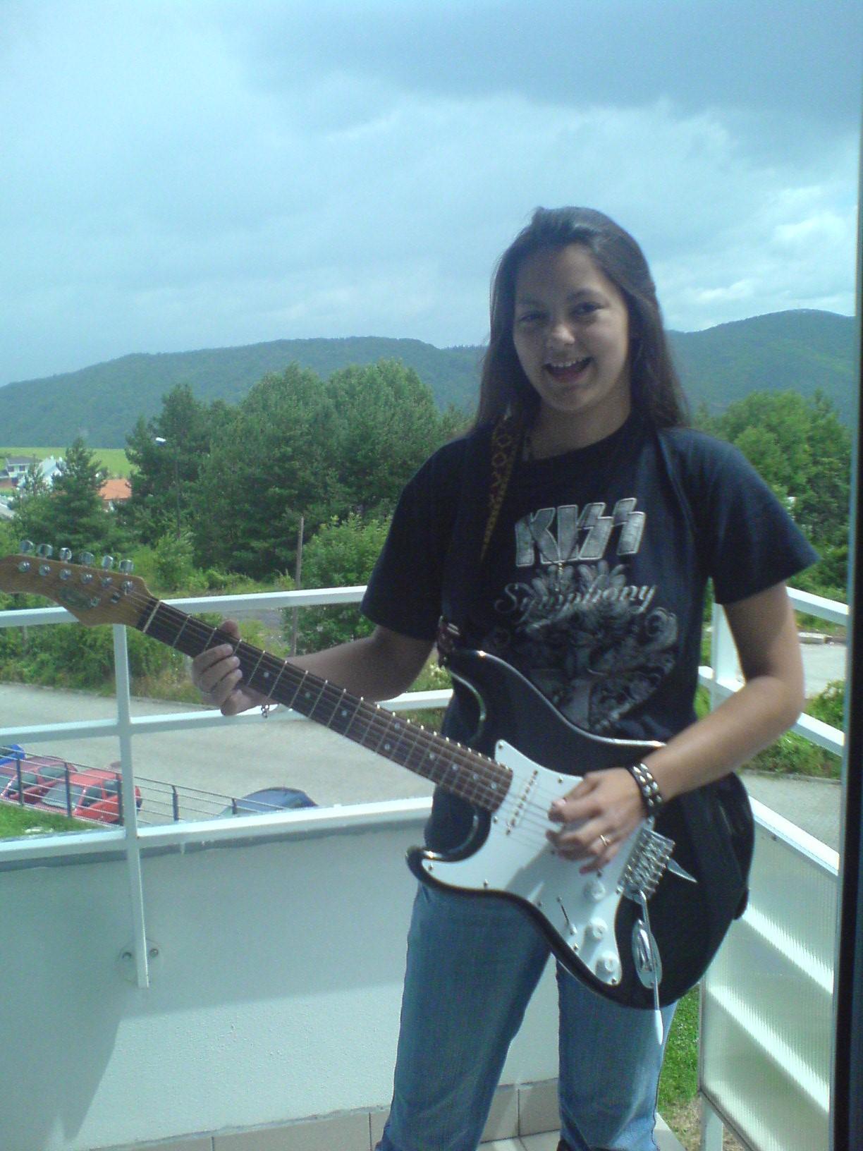 2007, čtrnáctiletá já. Na kytaru jsem tehdy hrála půl roku a to díky kapele na mém tričku