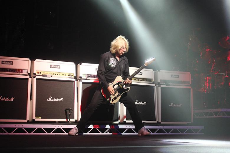 Rick ždímá kytaru v intru ke skladbě Caroline, koncert v Olomouci v listopadu 2011