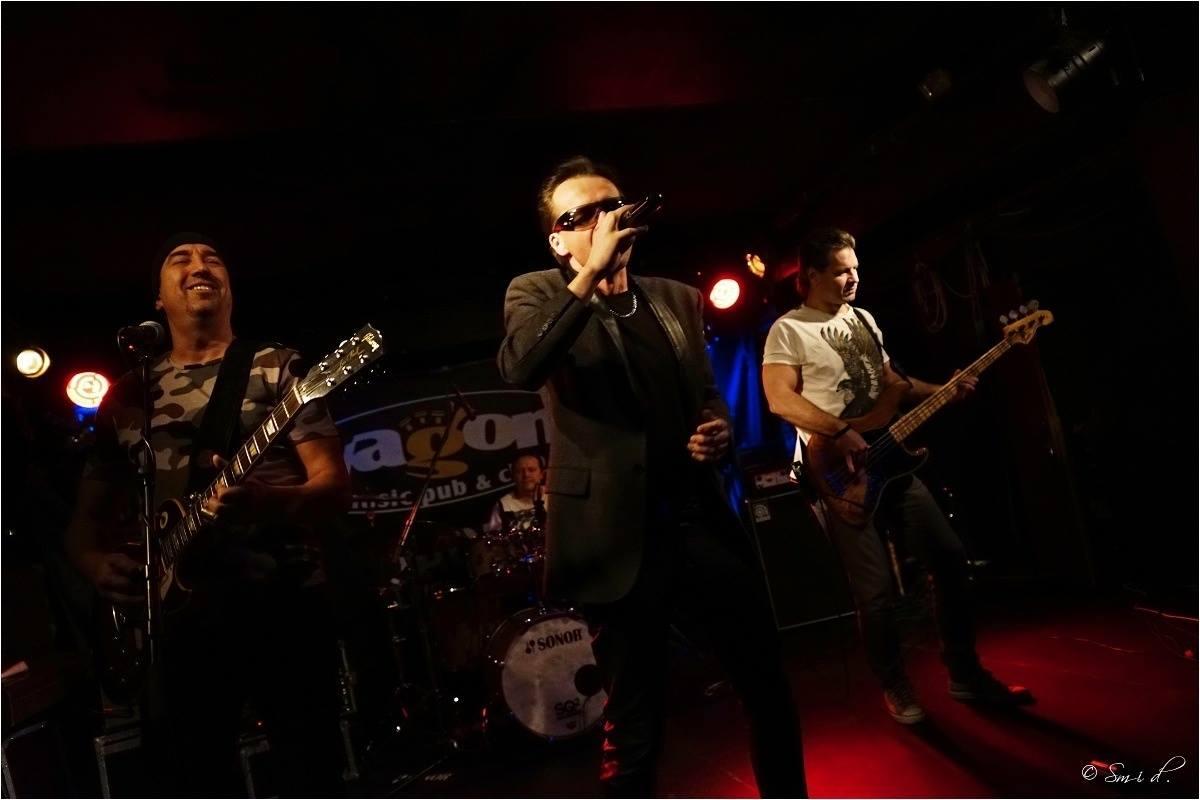 U2 Revival Desire: The Edge (Jiří Svítil), Bono Vox (Petr Krampera) a Adam Clayton (Richard Měřinský