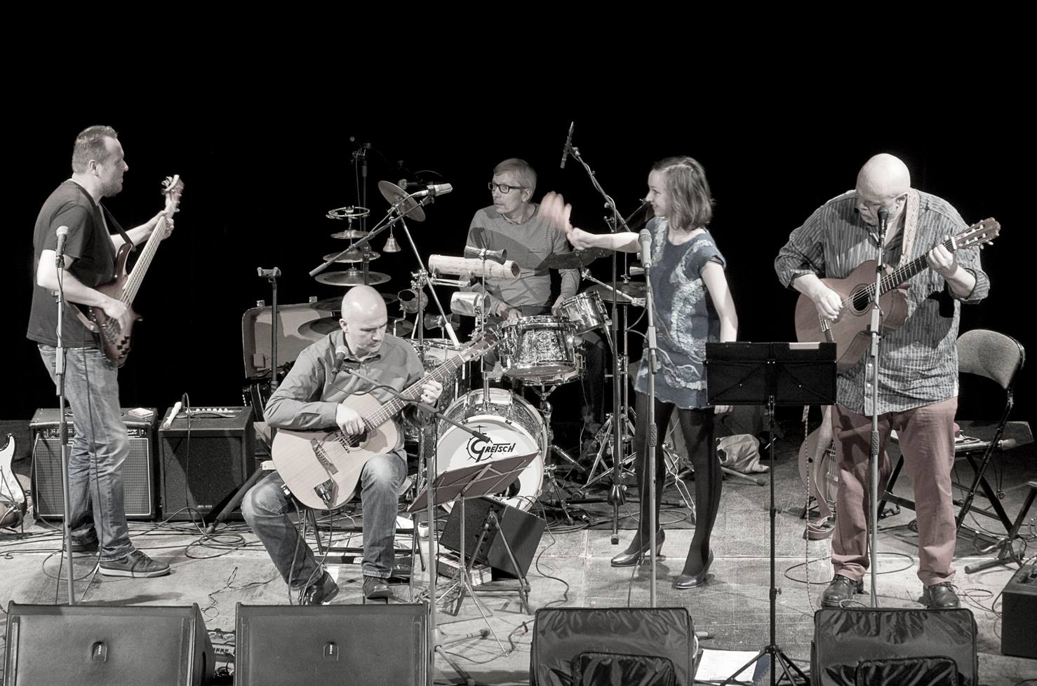 Jablkoň - zleva: Johnny Judl, Martin Carvan, Marie Puttnerová, Michal Němec. Vzadu: Petr Chlouba
