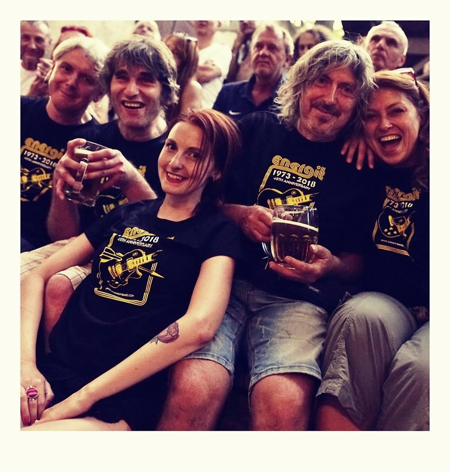 Martin Šmid (vlevo nahoře) s přáteli na koncertě Energitu