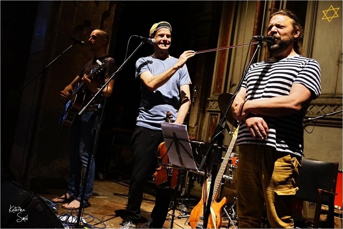Skupina Hm..., zleva: Marek Doubrava, Viktor Ekrt a Filip Nebřenský